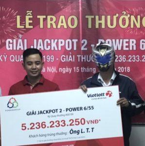 Vietlott trao giải cho khách hàng trúng Jackpot 2 trị giá 5,2 tỷ đồng
